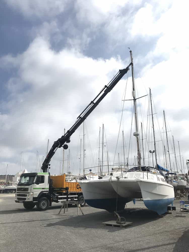 Crane removing the mast from Jade